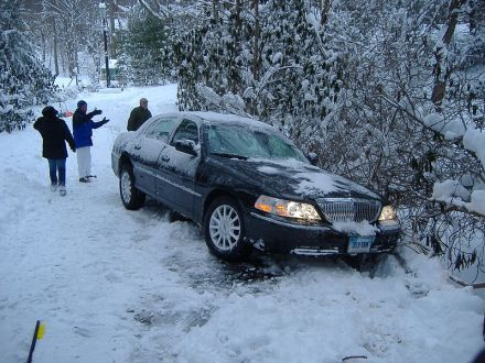 800px-towncar_stuck_in_snow